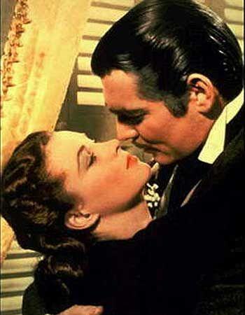 """İnsanların yüzde 55'i """"Rüzgar Gibi Geçti""""de Vivien Leigh ve Clark Gablein öpüşmesinin en göze çarpan öpüşme olduğunu söylüyor.   Sharon Stone ve Michael Douglas'ın 'Temel İçgüdü'deki öpüsmesi ikinci sırayı alıyor. Hugh Grant ve Andie McDowell 'Dört Nikah ve Bir Cenaze'deki yağmur altındaki romantik öpüşmeleri ile üçüncü sırayı alıyor."""